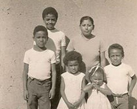 Abel Galo de la Barra Cáceres, en la parte inferior izquierda, y sus hermanos junto con su madre, doña Fortunata.