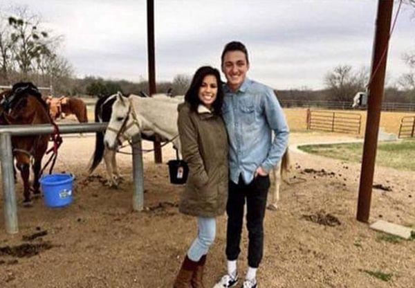 """Daniel abraza a Alex para tomarse una fotografía. El joven no pudo salir de su """"zona de amistad"""" con su cita"""