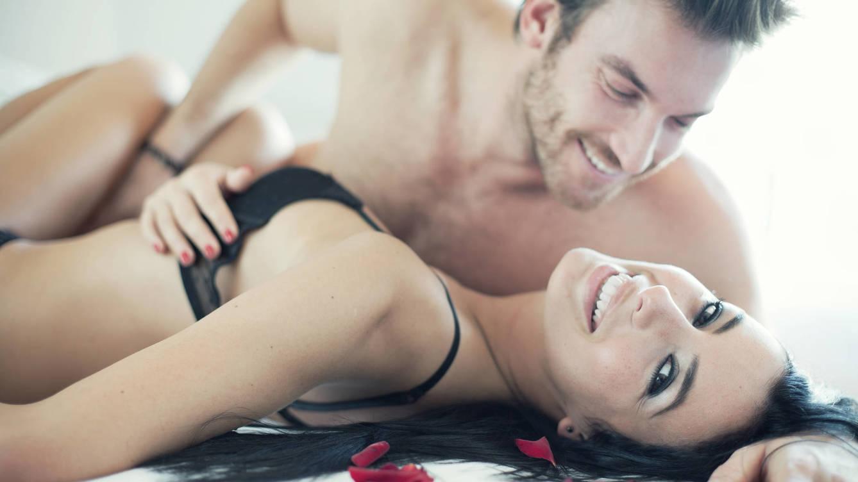 Foto: ¿Cuál será la mejor postura para el carácter risueño de estos enamorados? (iStock)