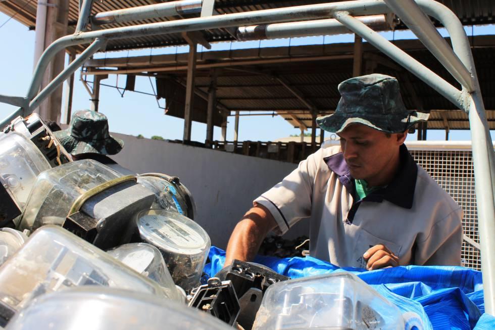 Trabajadores de una compañía de reciclaje procesan medidores obsoletos.rn