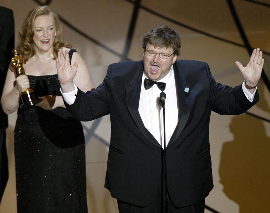 Michael Moore dando su discurso en contra de la guerra de Irak después de recoger su Oscar por