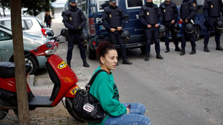 La madre de dos hijas menores es desalojada por seis dotaciones de Policía pese a un muro humano