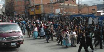 Cocaleros yungueños deciden ir al diálogo con el Gobierno sin suspender sus protestas y mandan 30 dirigentes