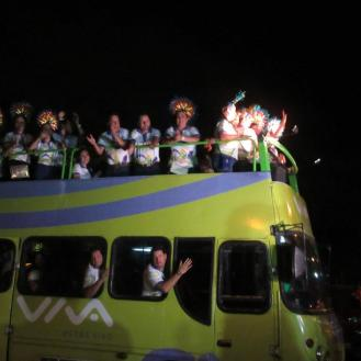 La Reina junto a los Chabacos llegando a la celebración en el Bus Turístico de VIVA
