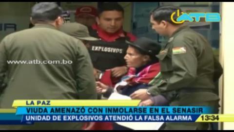 La Paz: Anciana amenazó con inmolarse en el Senasir