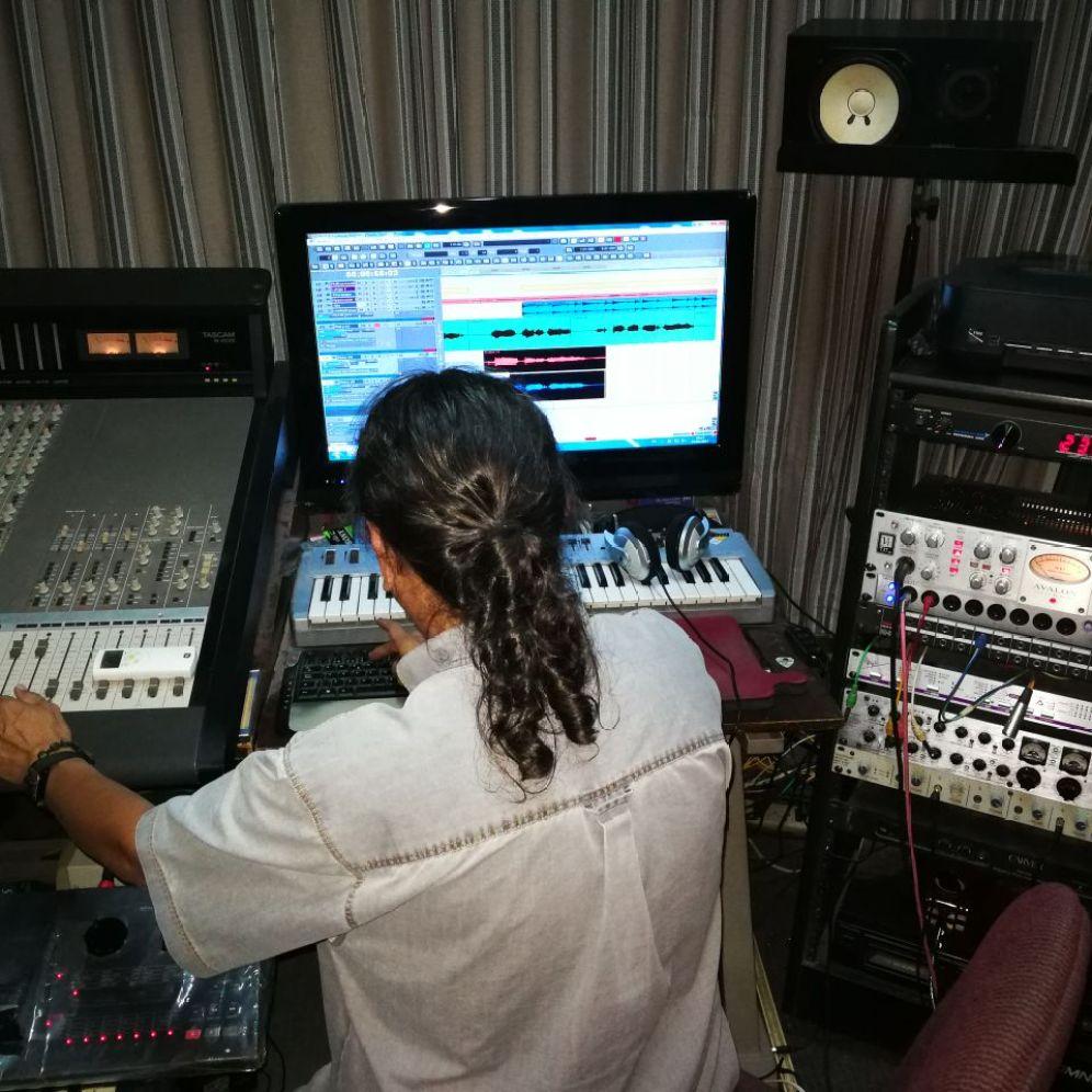 Glen Vargas en el estudio de grabación
