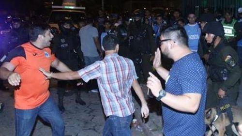 Una de las imágenes de las agresiones entre hinchas y policias. Foto: Facebook