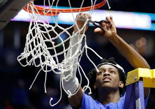 Los campeones se reparten los rozos de la red (Getty Images)