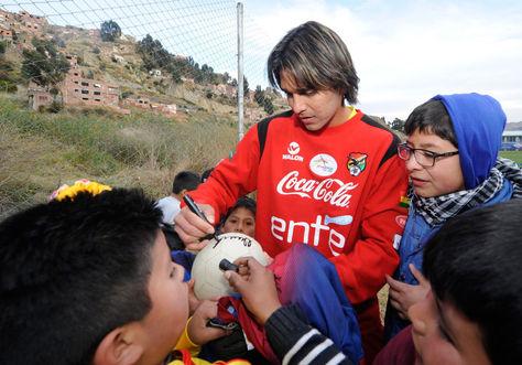 Marcelo Moreno Martins firma autógrafos a unos niños. Foto: archivo La Razón