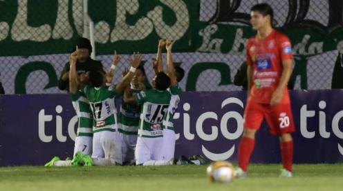 Los jugadores de Oriente celebran el gol de Alí Meza. A unos metros Antonio Tórrez, de Guabirá lo sufre. Foto. Jorge Uechi