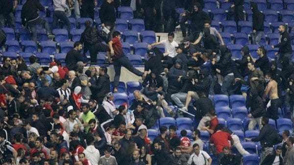 La batalla comenzó fuera del estadio y terminó en las gradas