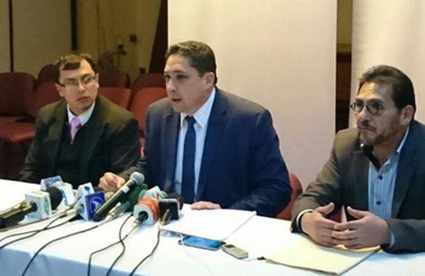 El ministro de Justicia, Héctor Arce, (c) informa sobre irregularidades en el proceso de adquisición de taladros para YPFB