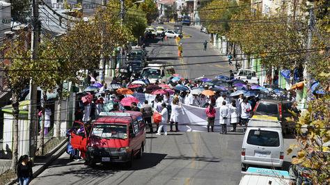 Médicos bloquean la avenida Saavedra en la ciudad de La Paz, durante la jornada de protesta de este jueves.