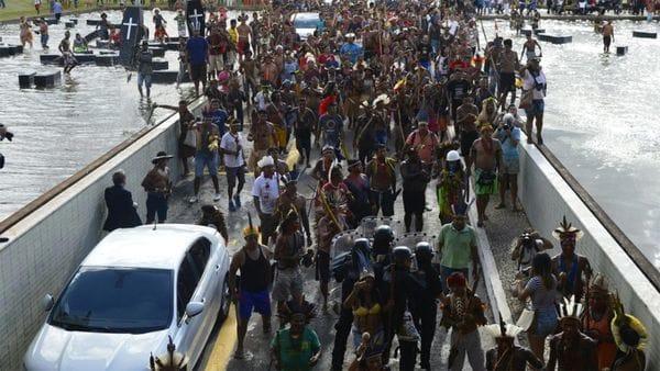 Indígenas con flechas intentan irrumpir en Congreso y son rechazados — Brasil