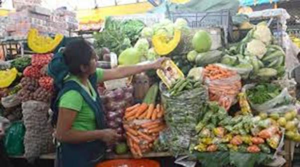 Venta de verduras en un mercado.