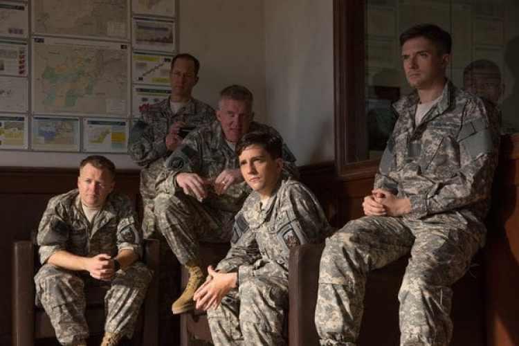 "Anthony Hayes, Daniel Betts, Anthony Michael Hall, John Magaro yTopher Grace en ""War Machine""."