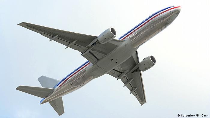 Symbolbild Flugzeug am Himmel