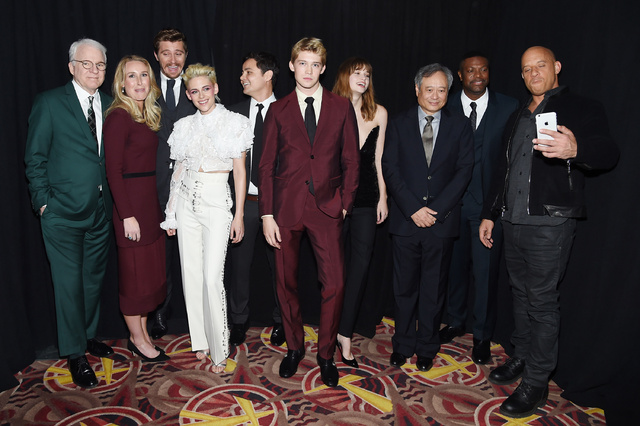 Alwyn, en el centro, junto al equipo de la película