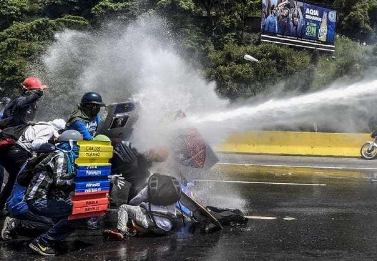 El régimen militar de Nicolás Maduro reprime a la población civil (AFP)