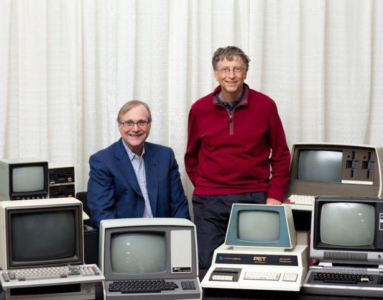 Bill Gates y Paul Allen los fundadores de Microsoft, posan con las computadoras de escritorio que existían cuando ambos lanzaron su sistema operativo