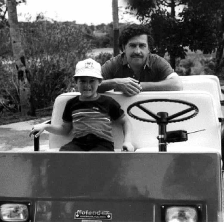 Pablo Escobar Gaviria junto a su hijo mayor, Juan Pablo, en la hacienda Nápoles (foto del álbum personal)