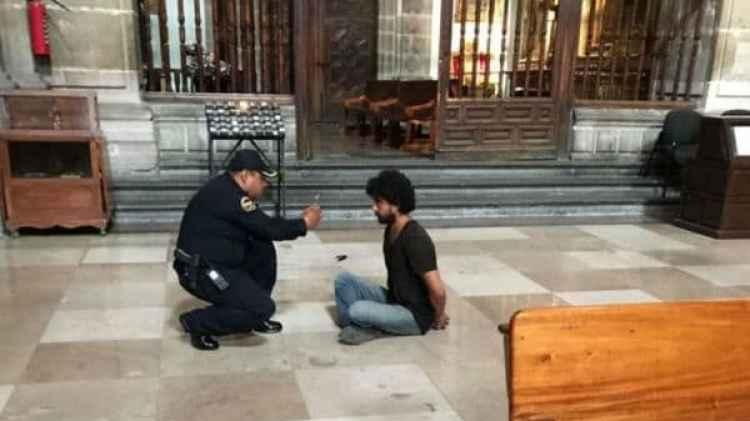 El agresor, detenido, tras apuñalar al sacerdote Muguel Angel Mascorro en la Catedral de México (@PadreJosedejesu)