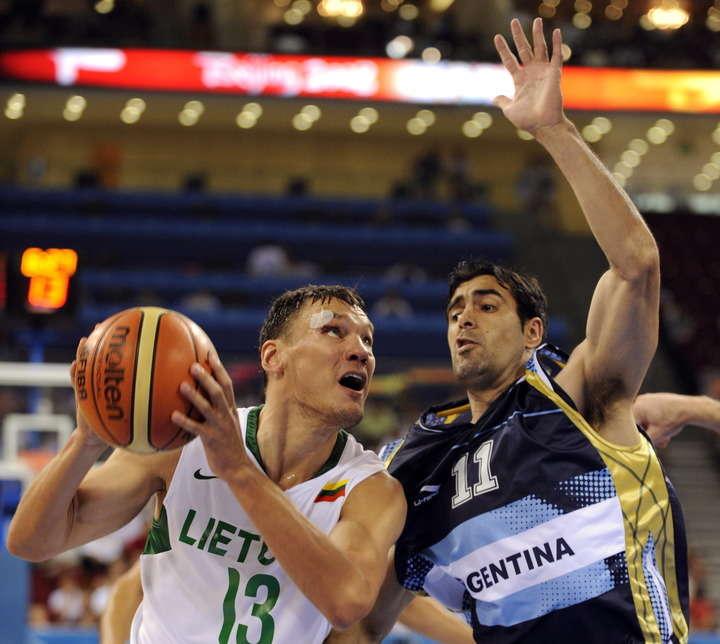 Entrenador de básquetbol lituano da importante lección a periodista