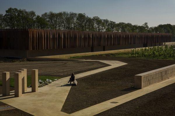 El crematorio belga Hofheide está en el corazón de un parque con un huerto y dos cementerios llenos de flores silvestres alrededor