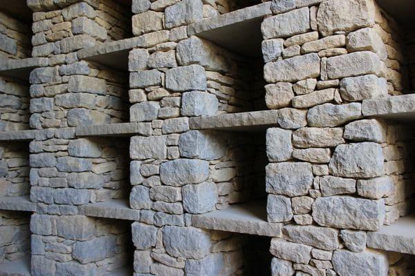 Los bancos de piedra que recubren el círculo exterior y la cámara interior de Willow Row ofrecen un lugar para la contemplación y el recuerdo