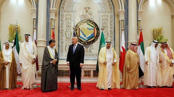 Donald Trump conversa con el omaní Fahd bin Mahmoud Al-Said (Reuters)