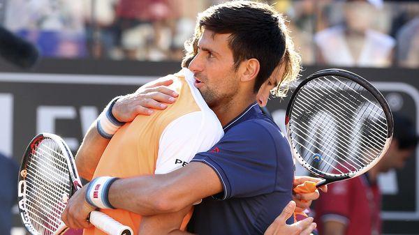 Novak Djokovic abrazó al alemán tras caer derrotado en la final de Roma