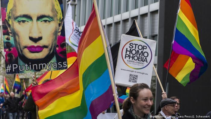 En Berlín y otras ciudades europeas han tenido lugar manifestaciones contra la homofobia en Chechenia. (picture-alliance/Zuma Press/J. Scheunert)