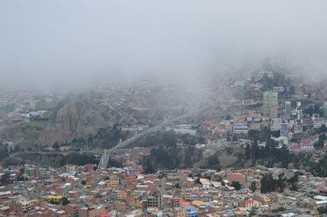 Neblina se apodera del cielo paceño. Foto: archivo La Razón