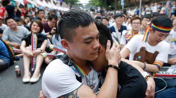 Dos integrantes de la comunidad LGBT se abrazan mientras celebran la legalización del matrimonio entre personas del mismo sexo (EFE)
