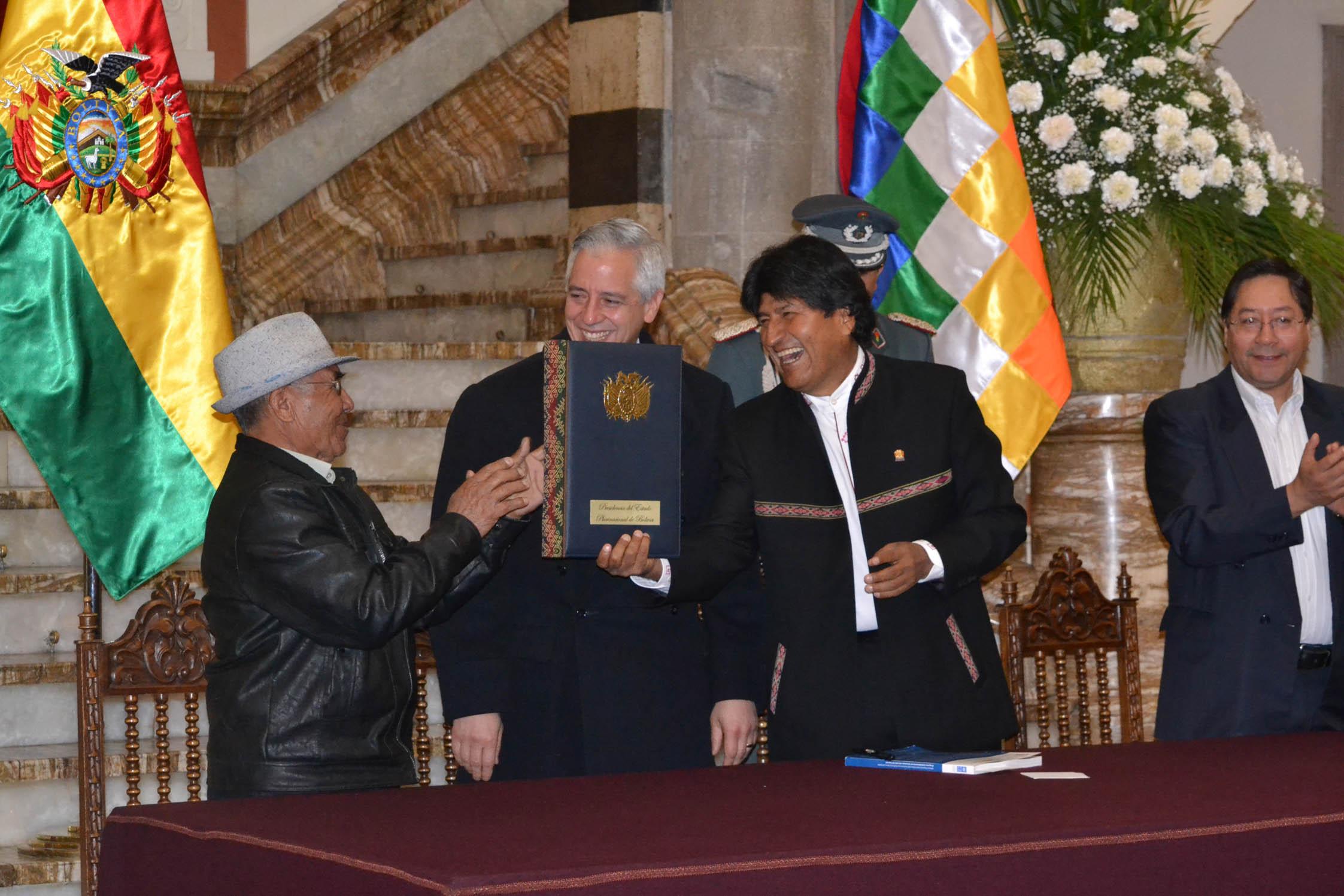 Morales promulga la ley que incrementa Bs 50 a la renta dignidad