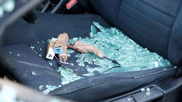 Los cargadores USB y los cables sospechoso encontrados en el interior del BMW (Reuters)