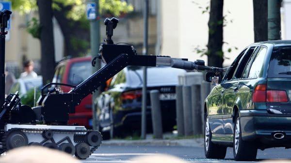 También se utilizó un robot para romper el cristal del auto (Reuters)