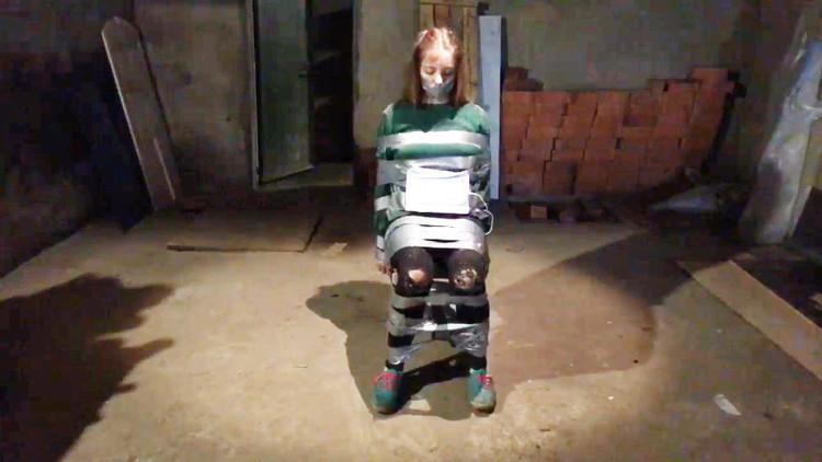 Una chica atada y un cronómetro en cuenta regresiva