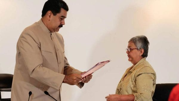 Nicolás Maduro entrega el decreto a la presidente del CNE, Tibisay Lucena