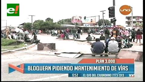 Transportistas del Plan Tres Mil bloquean por mejores vías