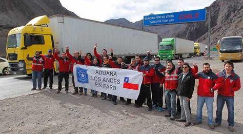 Funcionarios aduaneros de Chile protestan en un puesto fronterizo.
