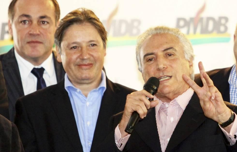 Michel Temer gesticula mientras Rodrigo Rocha Loures le mura durante un acto en mayo de 2014 en Curitiba.