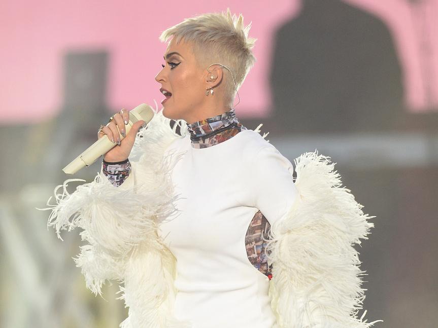 Luce Katy Perry vestido con fotos de víctimas de Manchester