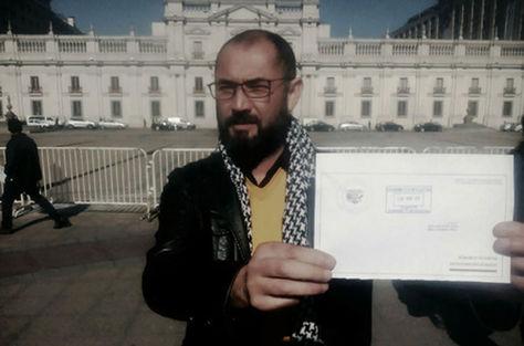 Alberto Ossandón muestra la carta enviada a Bachelet