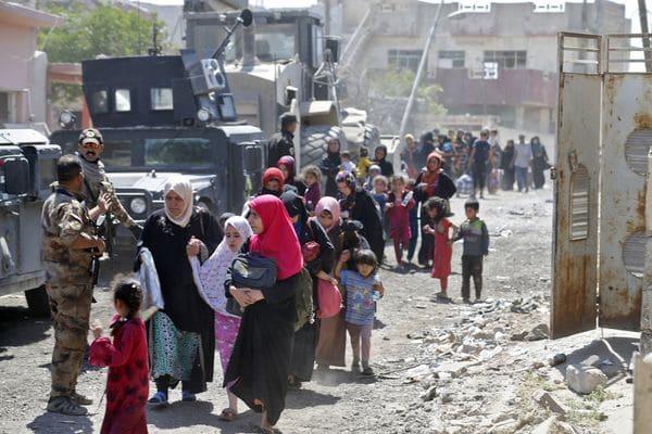 Iraquíes huyen del este de Mosul, bajo supervisión de de las fuerzas iraquíes(AFP)