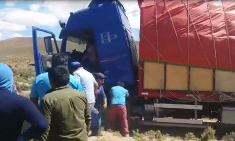 Camión chileno con contrabando que fue interceptado por militares y aduaneros bolivianos.