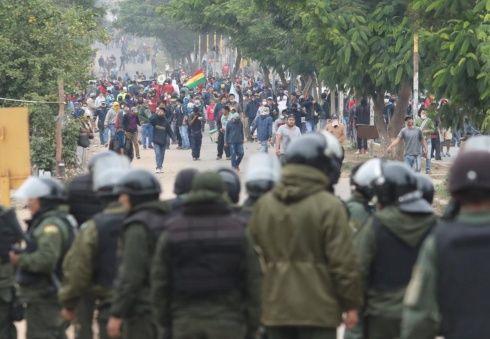 La población retoma el bloqueo y la Policía se repliega. Foto Jorge Uechi
