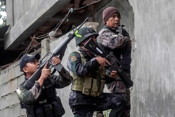 El ejército filipinos durante operaciones para desmantelar al grupo yihadista . (REUTERS)