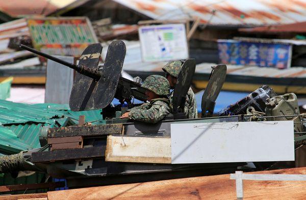 El ejército patrullas las calles deMarawi donde el grupo terrorista hace presencia. (REUTERS)