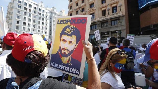 Un venezolano con la imagen de Leopoldo López en la madrileña Plaza de Callao (EFE)